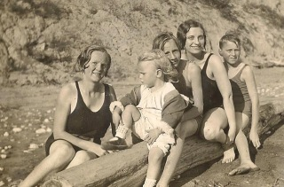 Chapter 17 - Doris, second from right, with some of Bill's siblings